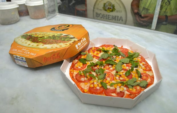 Foto da melhor pizza de salvador, a Pizza Vegetariana assada no forno à lenha na caixa do delivery.