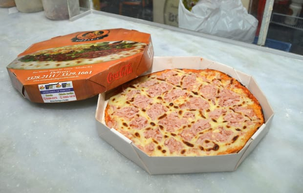 Foto da melhor pizza de salvador, a Pizza Zé do Garcia assada no forno à lenha na caixa do delivery.