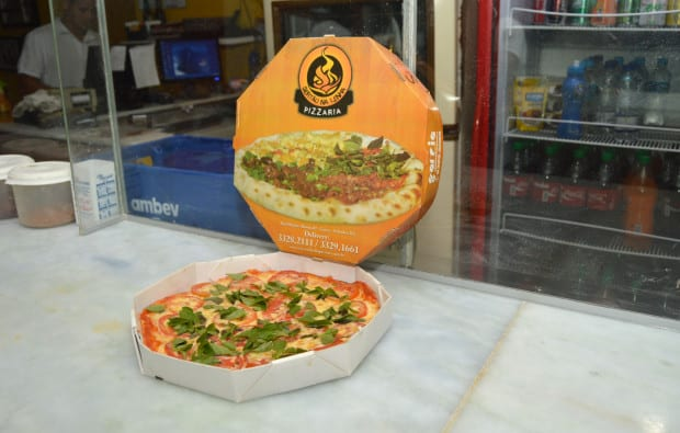 Foto da melhor pizza de salvador, a Pizza Marguerita assada no forno à lenha na caixa do delivery.