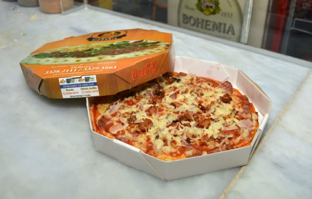 Foto da melhor pizza de salvador, a Pizza Pepperoni à Moda do Chef assada no forno à lenha na caixa do delivery.